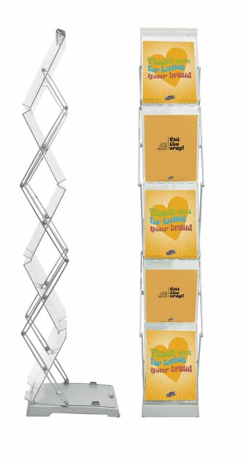 """Expolinc Brochure Stand Double - Brochure Stand Double präsentiert Werbematerialien dank Zick-Zack-Konstruktion beidseitig. Der Brochure Stand ist schnell und einfach aufgestellt, indem man die oberste Prospektschale anhebt und den Prospektständer bis in eine senkrechte Position """"auffaltet"""". Der Standfuß aus eloxiertem Aluminium steht fest und sicher auf dem Boden. Aufgestellt verhindert ein spezieller Arretierknopf das """"eigenständige"""" Zusammenklappen des Brochure Stand und sorgt für eine sichere Prospektpräsentation. Verfügbar mit Tasche oder Koffer."""